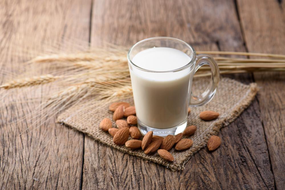 o que comer antes de dormir: leite com castanhas