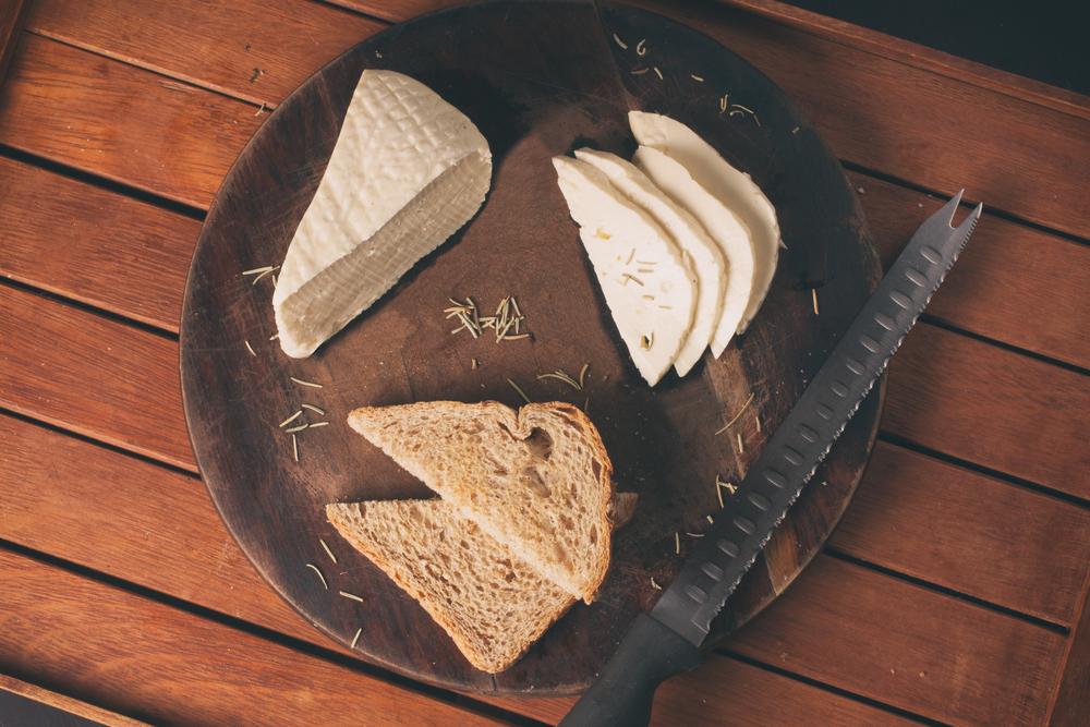 Café da manhã saudável com pão e queijo