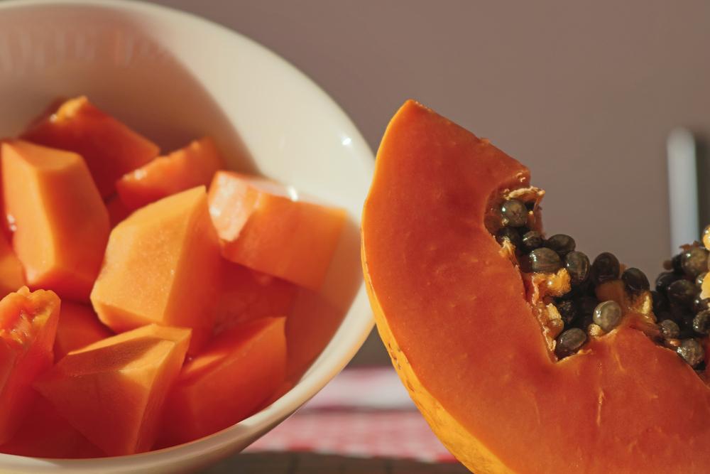 Café da manhã saudável com frutas picadas