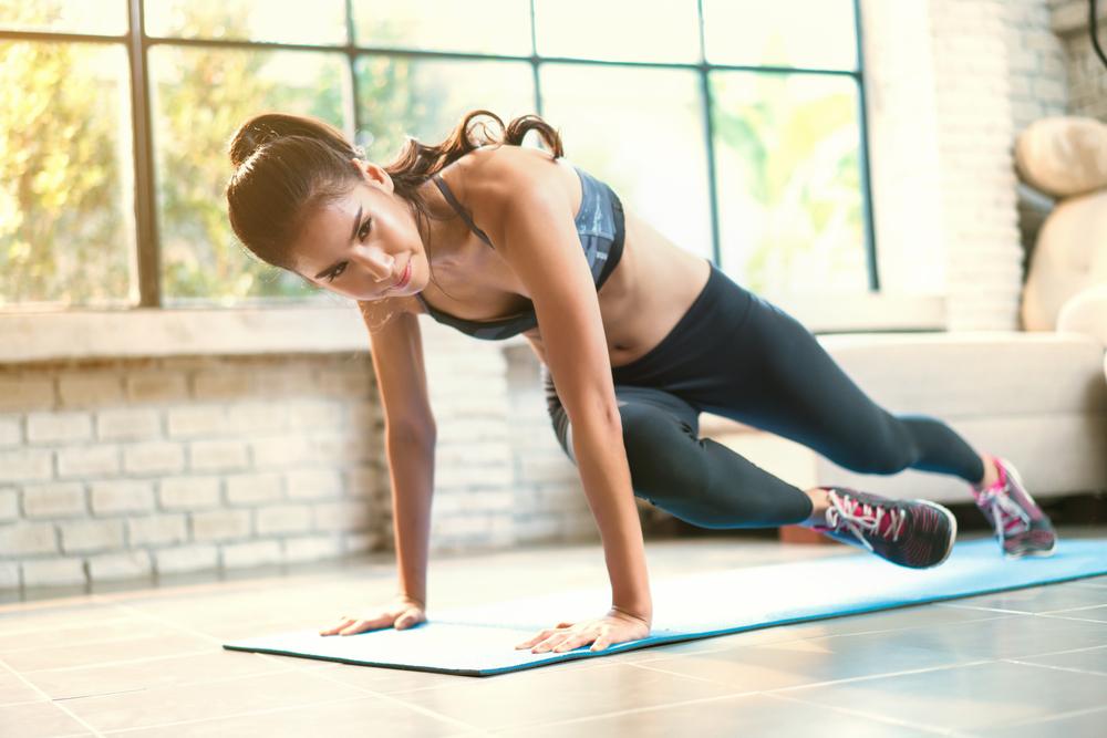 Exercícios físicos para fazer em casa: escalador cruzado