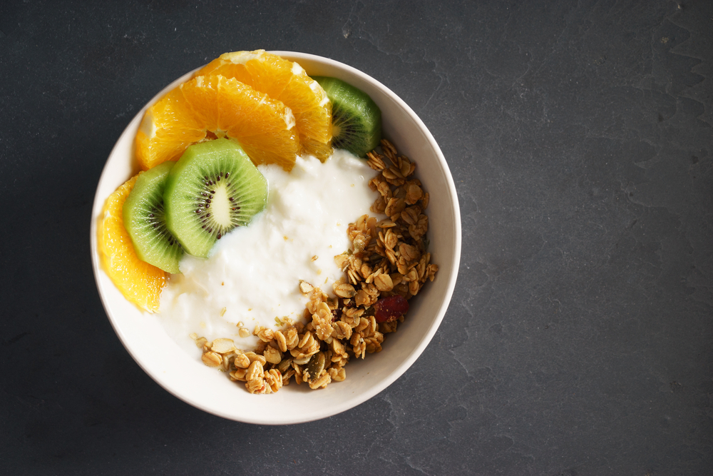 Café da manhã saudável com granola e frutas