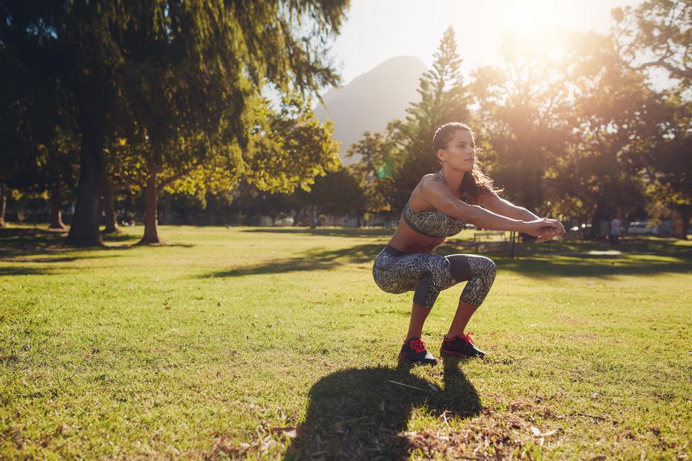 Exercícios ao ar livre: agachamento