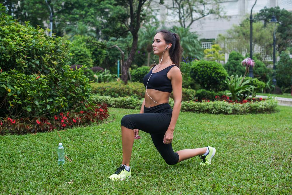 Exercícios ao ar livre: avanço com deslocamento