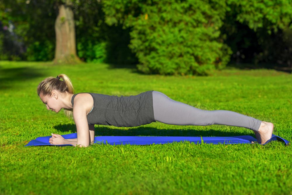 Exercícios ao ar livre: prancha frontal dinâmica