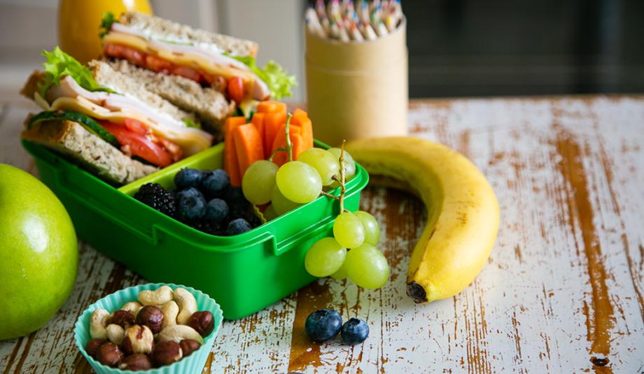 Lanche escolar, com sanduíche natural e frutas